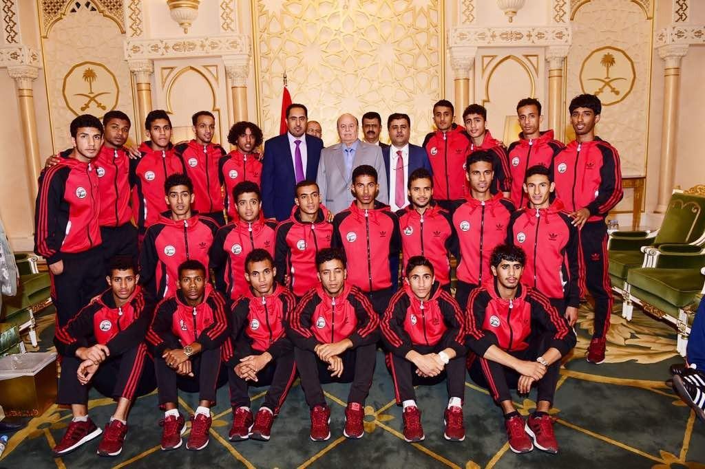 شاهد بالصور/ الرئيس هادي بن اشبال المنتخب الوطني