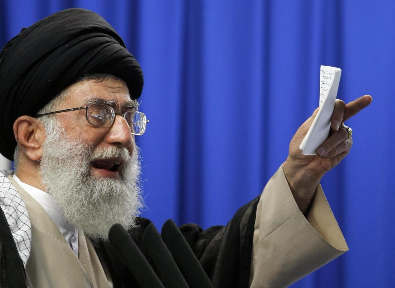 خامنئي يلوح بالرد على أمريكا بسبب تمديد الحظر على إيران